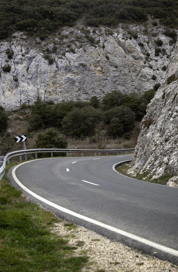 Route entre les montagnes photo libre de droits