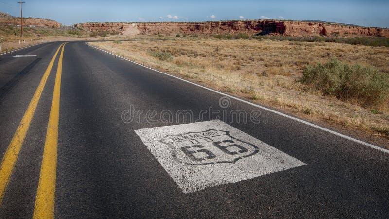 Route 66: Escudos de los E.E.U.U. 66, Owl Rock, Laguna, nanómetro imagenes de archivo