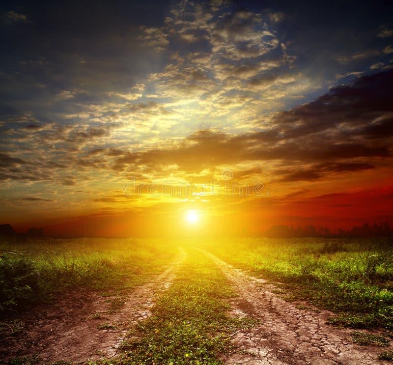 Route et coucher du soleil de campagne images stock