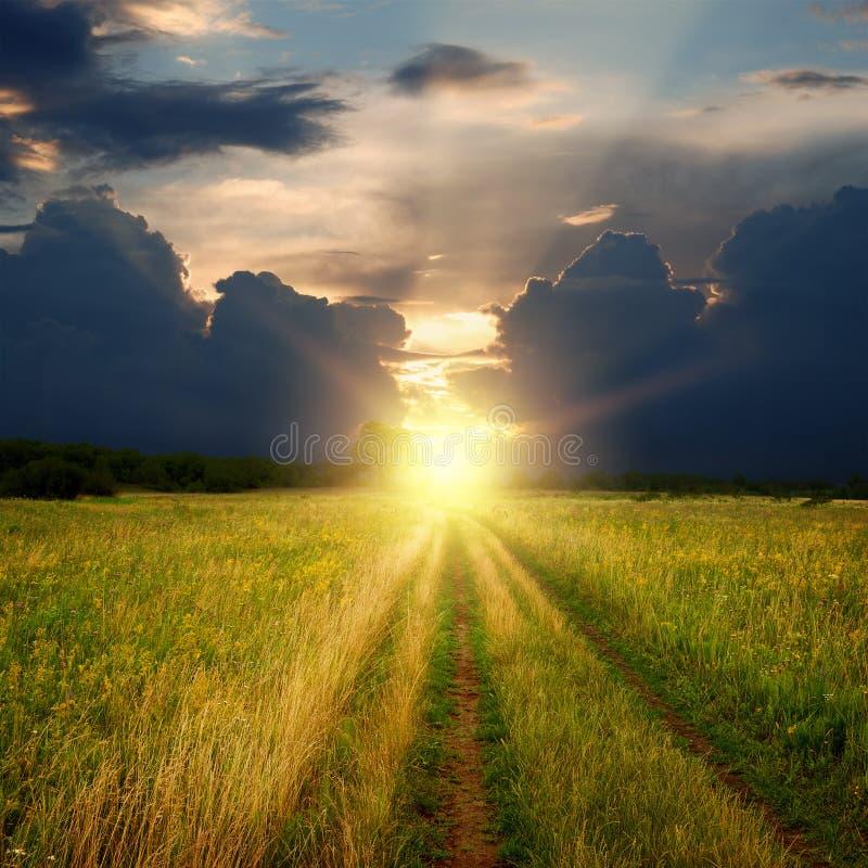 Route et coucher du soleil de gisement de saleté photos libres de droits