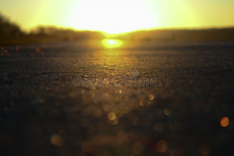 Route et coucher du soleil de nuit sur l'horizon Route en soirée photos stock