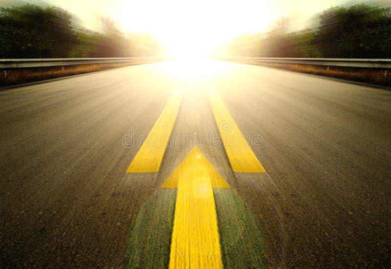 Route et flèche jaune photos stock