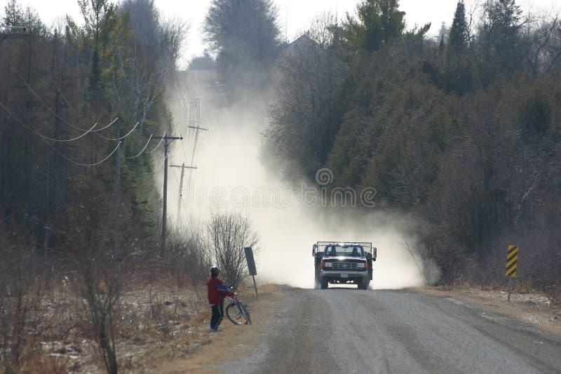 Route et garçon poussiéreux photos stock