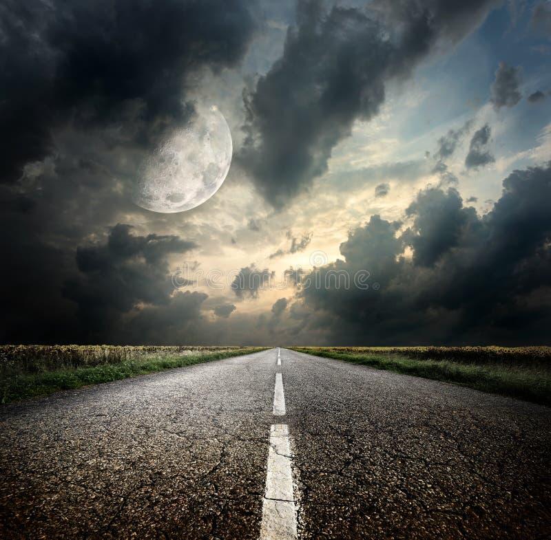 Route et la lune photos stock