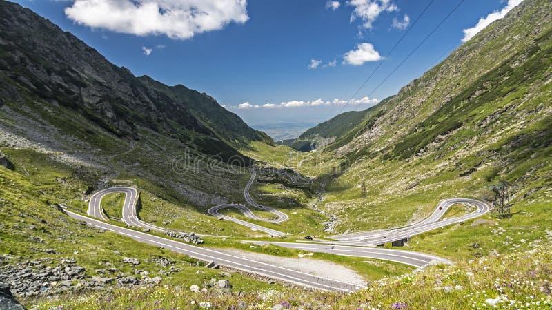 Route et lignes électriques gentilles dans Montains carpathien, Roumanie images libres de droits