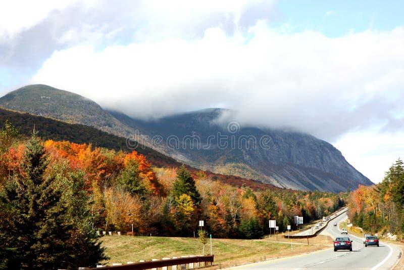 Route et montagnes en automne photographie stock libre de droits
