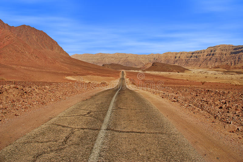Route et montagnes rouges en parc de Timna. images stock