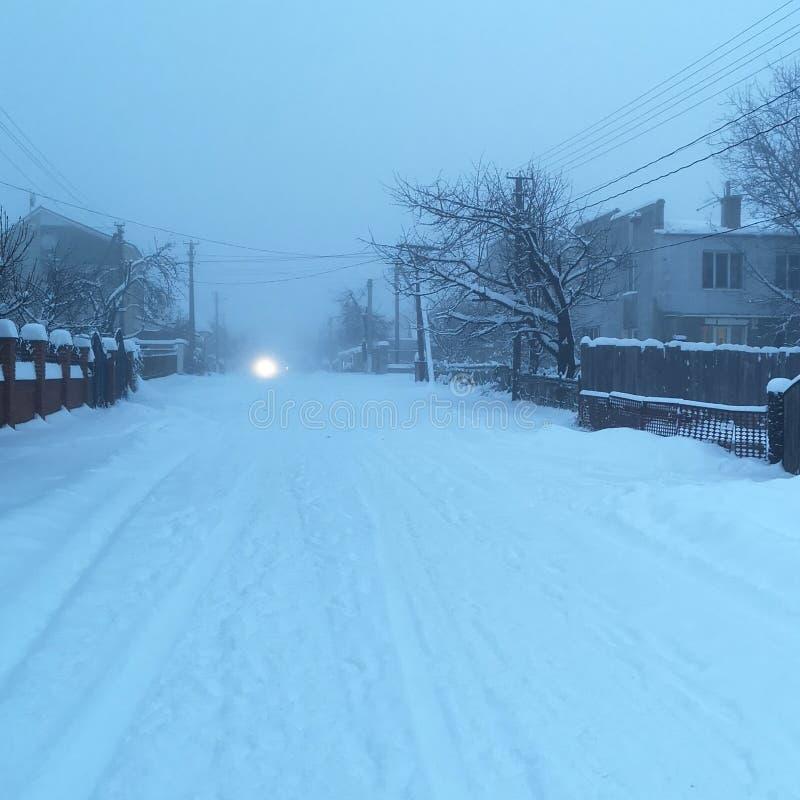 Route et neige d'hiver avec le paysage des arbres avec le gel photos stock