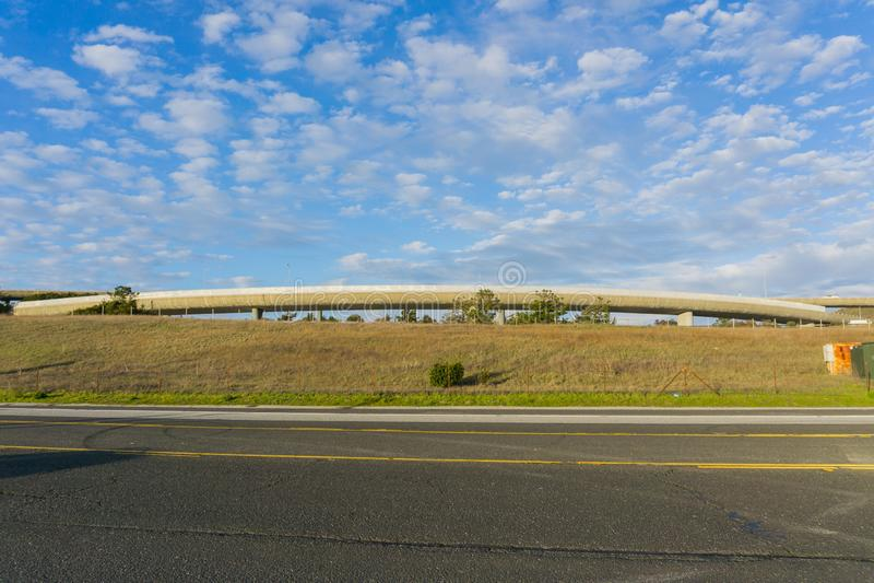 Route et passage supérieur pavés d'autoroute sur le fond, la Californie images stock