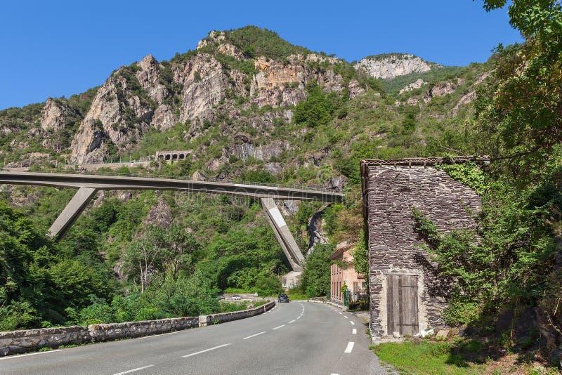 Route et pont parmi des montagnes dans les Frances photos stock