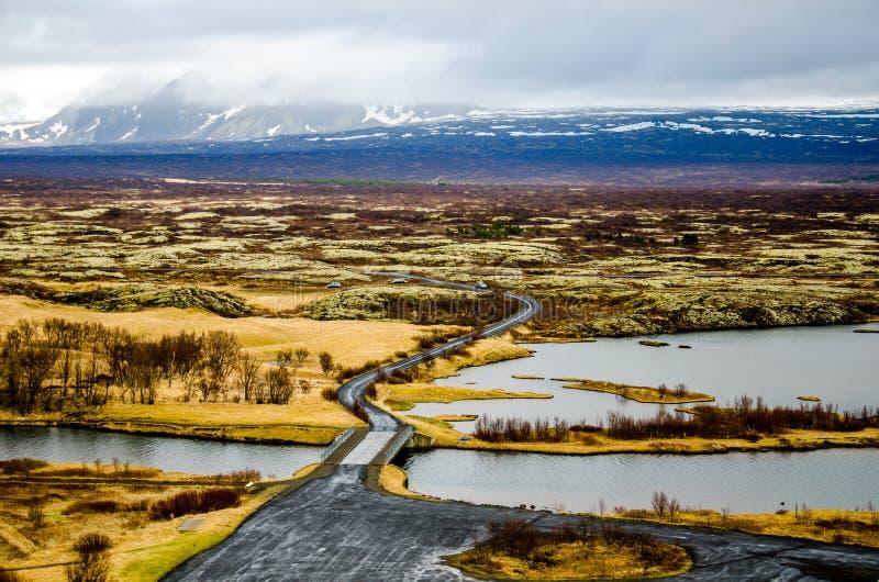 Route et un pont au parc national de Thingvellir en Islande photos libres de droits
