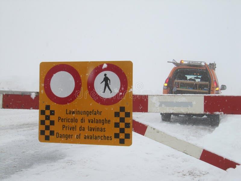 Route fermée au danger de neige et d'avalanche photo libre de droits