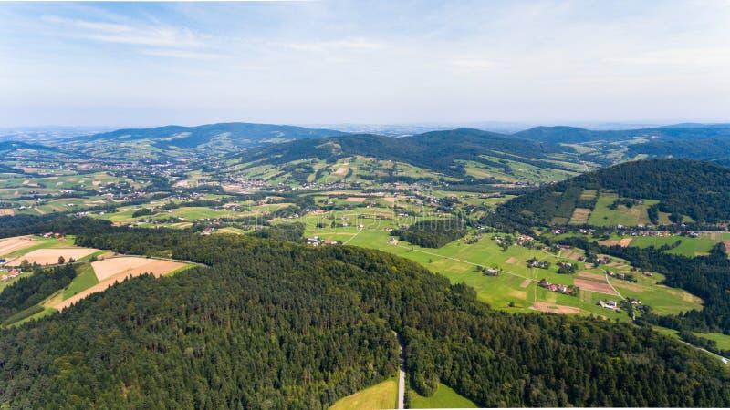 Route, forêt, paysage d'été de champ de ci-dessus - vue de bourdon photographie stock
