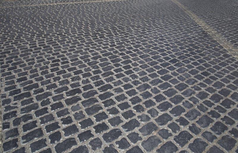 Route garnie des pavés ronds dans la vieille ville à Bakou images stock