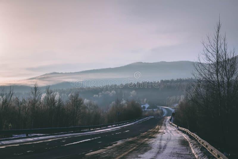 Route glaciale d'hiver dans le brouillard de matin photographie stock