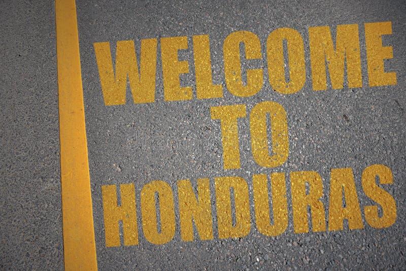 route goudronnée avec l'accueil des textes vers le Honduras près de la ligne jaune illustration stock