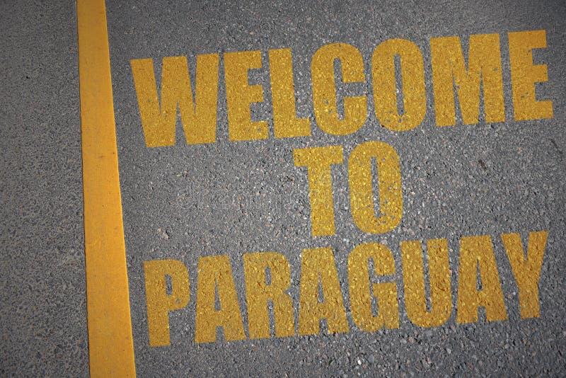 route goudronnée avec l'accueil des textes vers le Paraguay près de la ligne jaune illustration stock