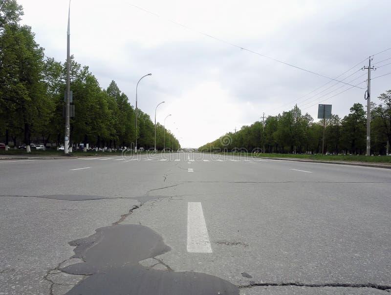 route goudronnée dans la distance allante de ville images libres de droits
