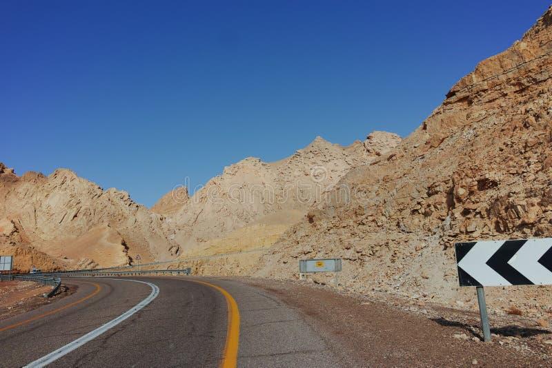 Route goudronnée dans le désert Negev, Israël, route 12, infrast de transport photographie stock libre de droits