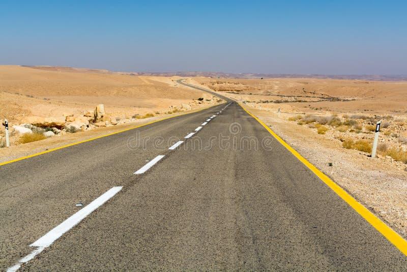 Route goudronnée dans le désert Negev, Israël, route 40, infrast de transport image libre de droits