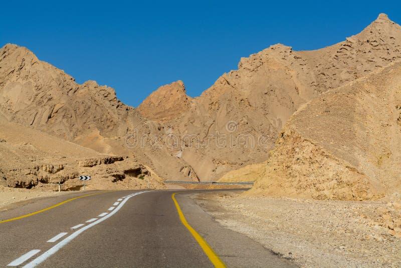 Route goudronnée dans le désert Negev, Israël, route 12, infrast de transport images libres de droits