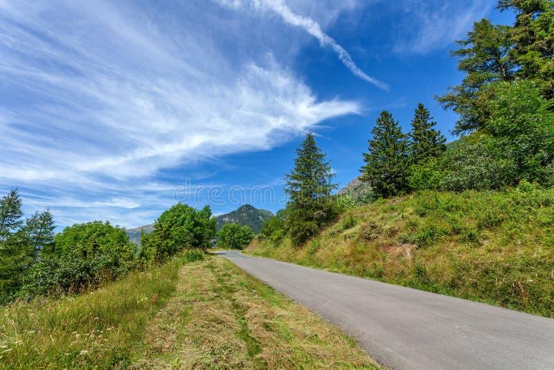 Route goudronnée dans les montagnes photos stock