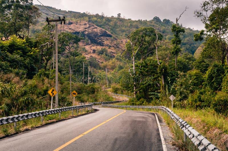 Route goudronnée de enroulement de montagne par la forêt images libres de droits