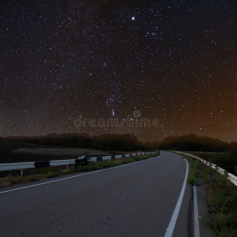 Route goudronnée de nuit image stock