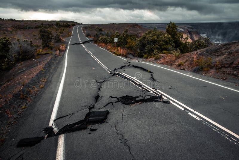 Route goudronnée endommagée photos stock