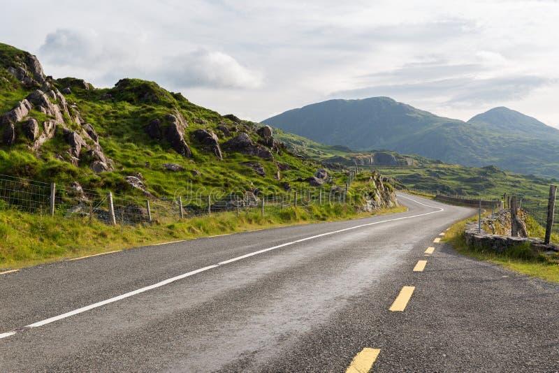 Route goudronnée et collines au connemara en Irlande photographie stock libre de droits