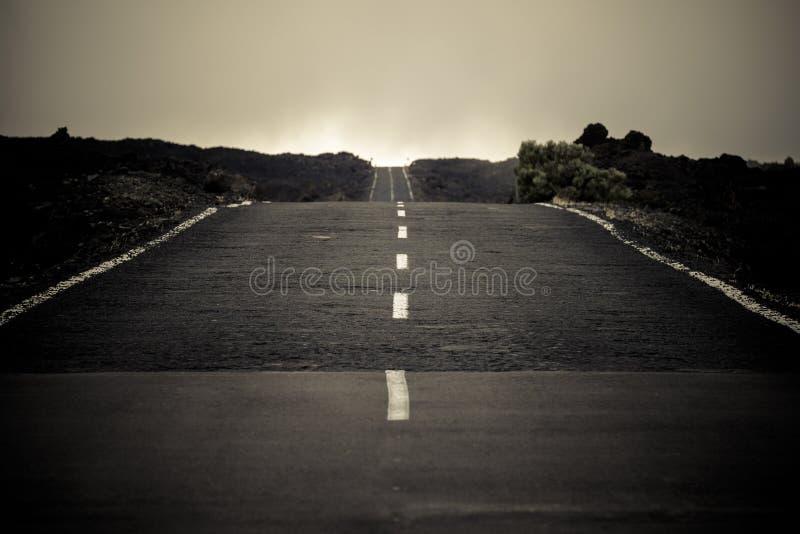 Route goudronnée infinie de long chemin à arriver à la destination amant de voyage et découvrir les personnes les explorant de mo photo libre de droits