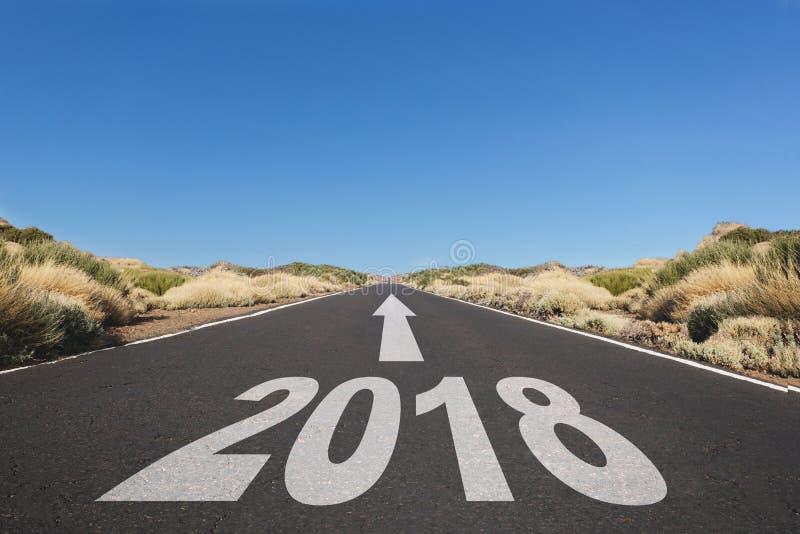 Route goudronnée vide et concept de buts de la nouvelle année 2018 - photos libres de droits