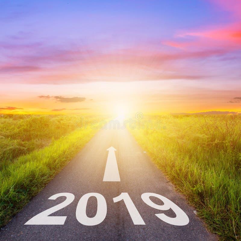 Route goudronnée vide et concept 2019 de nouvelle année Entraînement sur un empt image stock