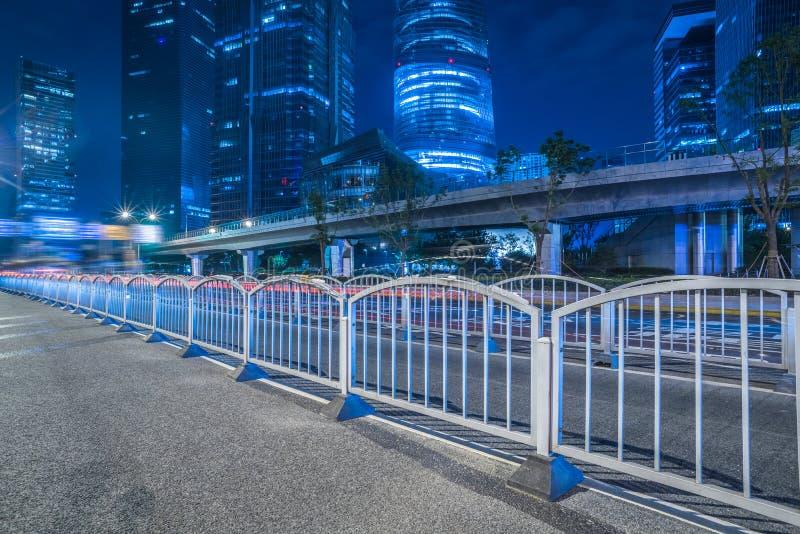 Route goudronnée vide par la ville moderne à Changhaï images stock