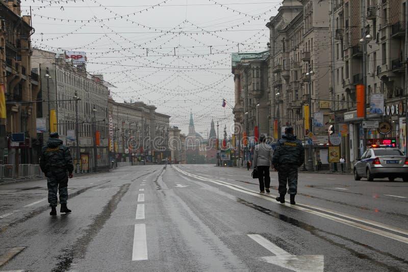 Route gratuite à Kremlin et aux policiers Devant le cortège des communistes images stock