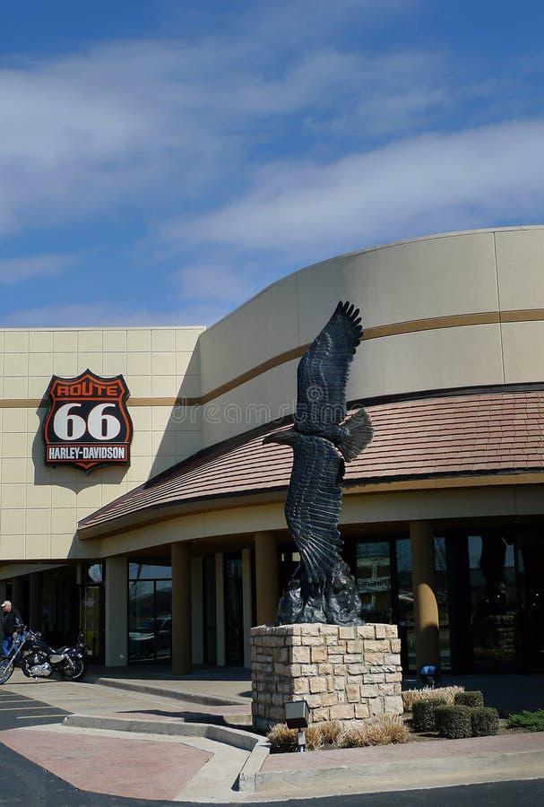Route 66 Harley Davidson em Tulsa, Oklahoma, exterior com escultura de Eagle imagens de stock royalty free