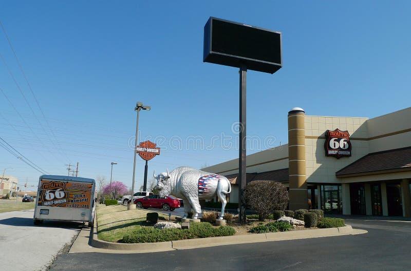Route 66 Harley Davidson em Tulsa, Oklahoma, exterior com escultura do búfalo fotos de stock