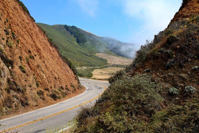 Route incurvée passant entre les collines raides en Californie, Etats-Unis images stock