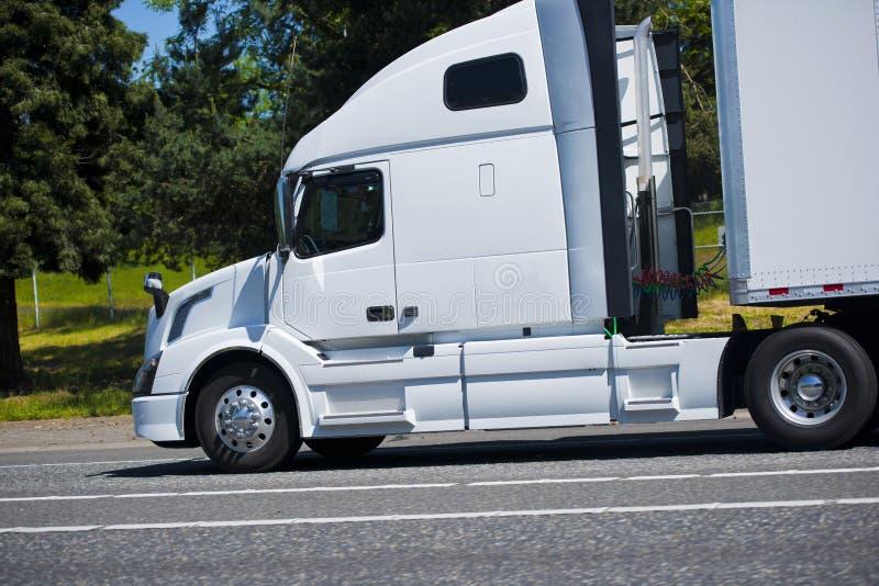 Route intéressante blanche de chef semi de profil puissant moderne de camion photos stock