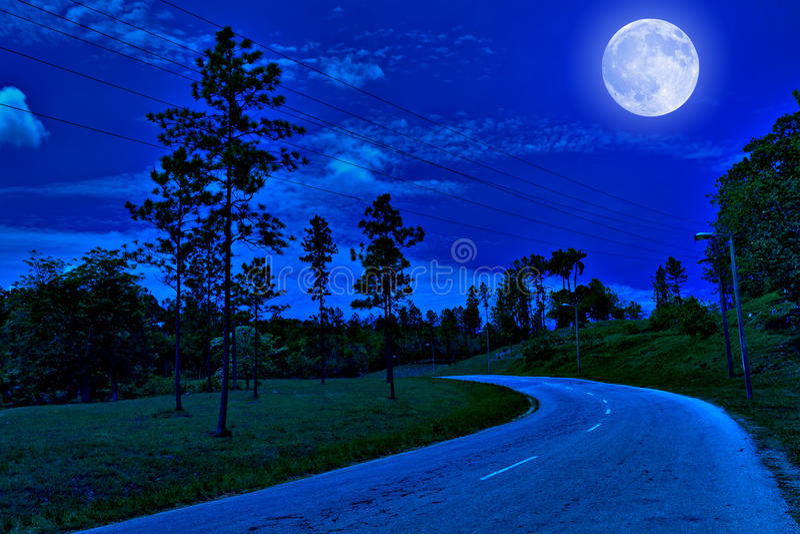 Route isolée dans le pays la nuit image stock