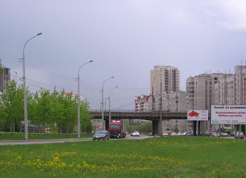 Route Kamenskaya dans le paysage urbain d'été d'Ovosibirsk avec un véhicule de monte photos stock