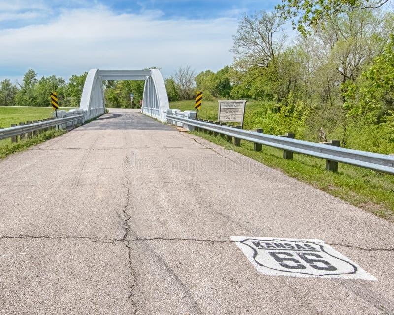 Route 66: Kansas 66 schild leidt tot de Brug van de Regenboogkromme, Ri stock afbeeldingen