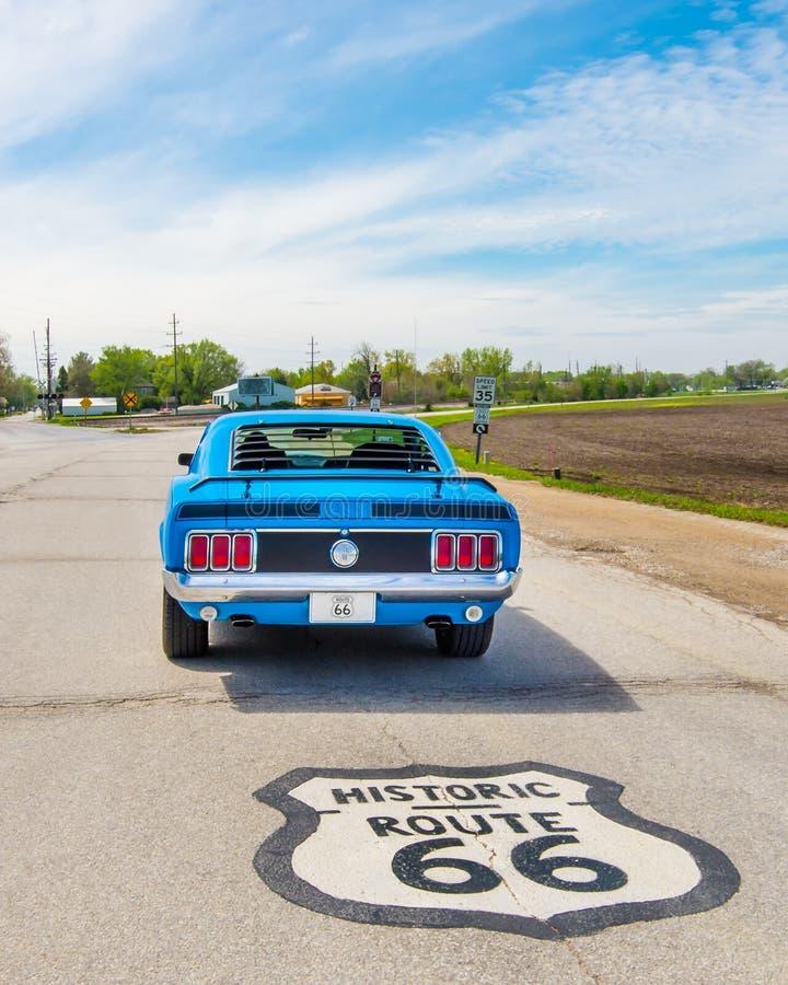 Route 66: Klassisk bil, vägsköld, Pontiac, IL royaltyfri foto