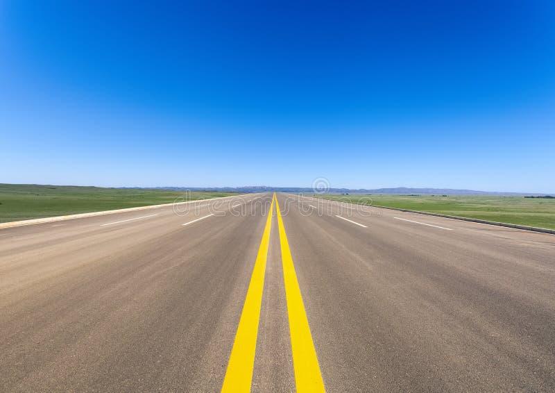 Route large dans la prairie photographie stock libre de droits