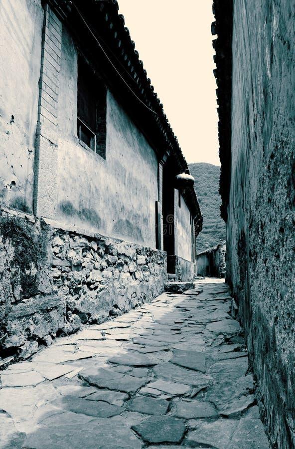 Route latérale dans le village antique. photos stock