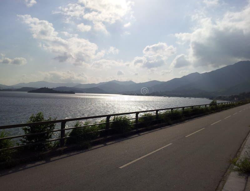Route latérale de mer de jour ensoleillé photo stock