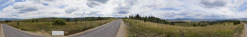 Route latérale de pays, forêt de montagne et champ d'agriculture photos stock