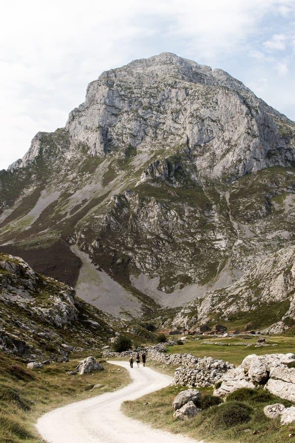 Route le long des montagnes 4 images stock