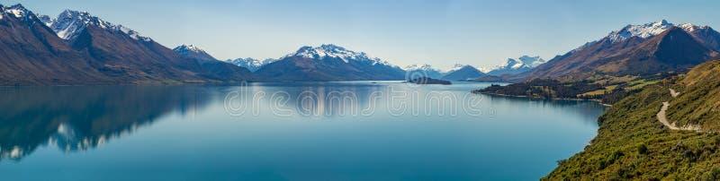 Route le long du lac photo stock