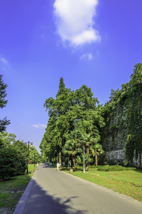 Route le long du mur de ville de dynastie de Ming photographie stock libre de droits